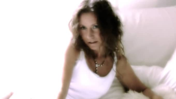 Tillsammans med maken spelar Pernilla in musikvideos med duon Wiwa. Foto: Youtube