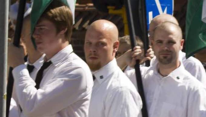 Tobias Jonsson, i mitten på bilden, har drivit vit makt-butiken Midgård sedan 2012. Han har ett förflutet i nazistiska Svenska motståndsrörelsen som han demonstrerade med i Folkets marsch 2008. Foto: EXPO