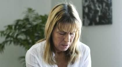 """Lise Lott Dinov i Kungsbacka har en långt framskriden cancer. Hennes läkare intygar att hon är för sjuk för att arbeta. Men Försäkringskassan har skurit ner hennes sjukförsäkring och anser att hon ska söka en deltidstjänst. """"Det är rena hånet att jag ska gå till arbetsförmedlingen. Jag vet inte ens hur jag skulle orka ta mig dit"""", säger hon. Foto: Jan Wiriden"""