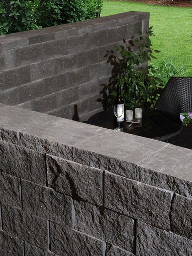 Står stabilt Snyggt tumlad sten av betongblandning, perfekt lämpad som avskiljare eller fristående mur. 1 100 kronor per kvadratmeter, Betonggruppen RBR.