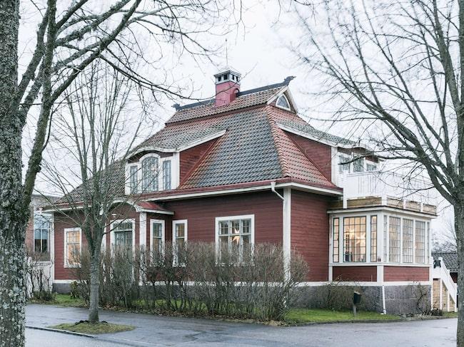 """Det lyser varmt och inbjudande i från familjen Samuelssons vackra trävilla med röd, liggande fasad och gröna snickerier. Huset kallas i folkmun för """"draknästet"""" på grund av drakarna som sitter på husnocken."""