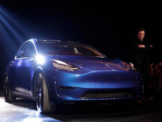Tesla Model Y och Elon Musk, vid en visning i biltillverkarens designstudio i mars 2019.