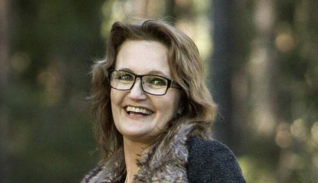 NYTT HOPP. Annika Kårbro lider av mycket svår migrän. Nu hoppas hon att en PNS-elektrod som är inopererad i bakhuvudet ska hålla de värsta anfallen borta. I handen håller hon en fjärrkontroll som styr funktionen. <br>Foto: JONAS LEMBERG