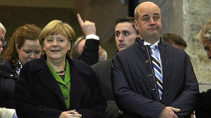 Är Fredrik Reinfeldt besviken på Angela Merkels dramatiska u-sväng i EU? Den förre statsministern ironiserar över den svenska migrationsdebatten, men skjuter över målet. Foto: AP