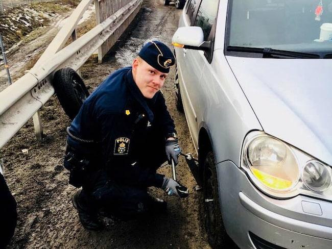 Punktering är ingen rolig livshändelse. Men hjälp av en polis, i vårsolen, är en rätt bra kontring på vardagsproblemet.