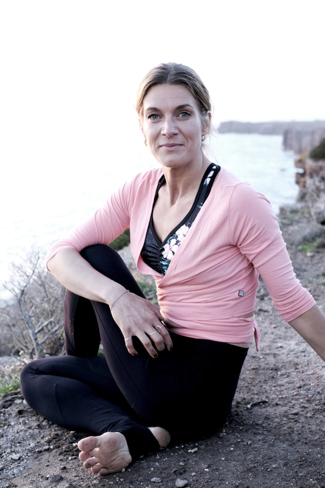 Erika guidar dig till en yogarutin för en sommar utan stress.