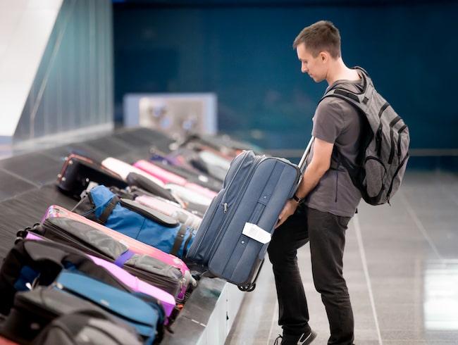 Resväskorna behandlades obarmhärtigt när de lastades av efter en flight till Honolulu Airport.
