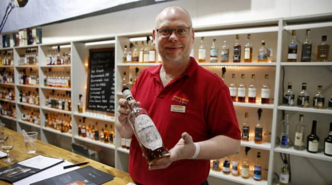 Rutinerad. Magnus Fagerström stoltserar med att han har den äldsta flaskan whisky på festivalen, en 60-årig Glen Grant som Magnus beskriver som en fruktbomb. Foto: Ronny Johannesson