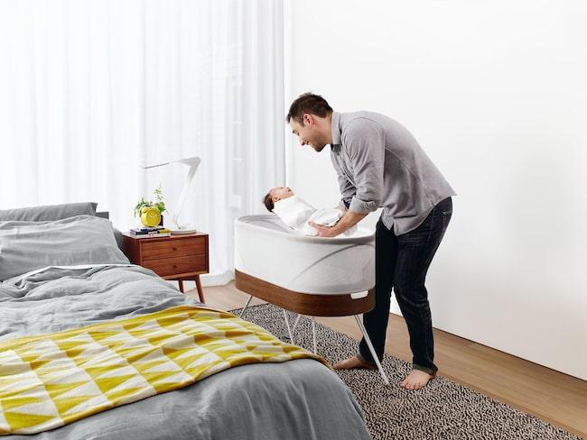 En dröm för alla nyblivna föräldrar. Med livmoder-sängen Snoo somnar babyn på två sekunder.