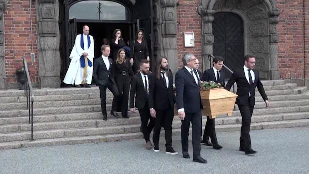 Här förs Arne Weise till sista vilan – sörjs av familjen och vännerna