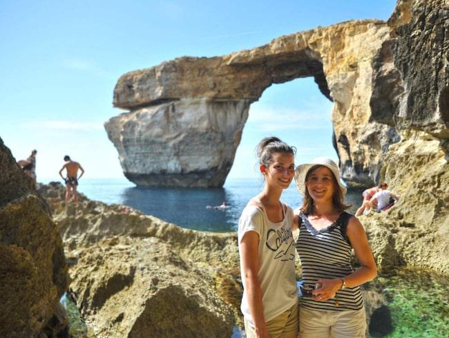 MALTA. Daniela Buechinger och Joanna Schröder från Berlin vid Azure Window nära Dwejra, på ön Gozo.