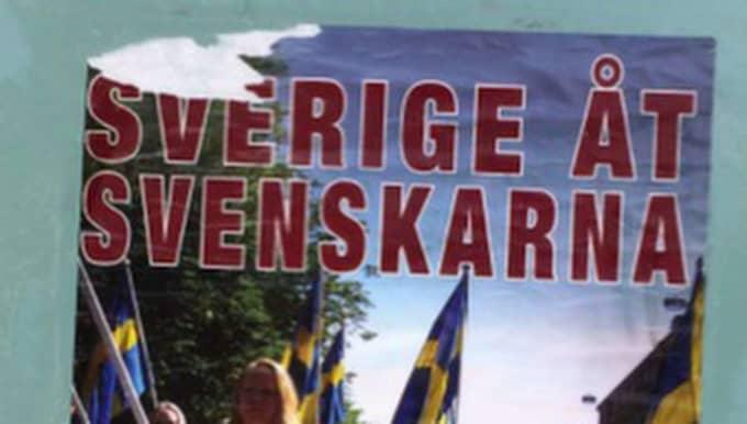 Rasistiska affischer klistrades upp på ytterdörrar och affärer som tillhör människor med invandrarbakgrund i Torslanda.
