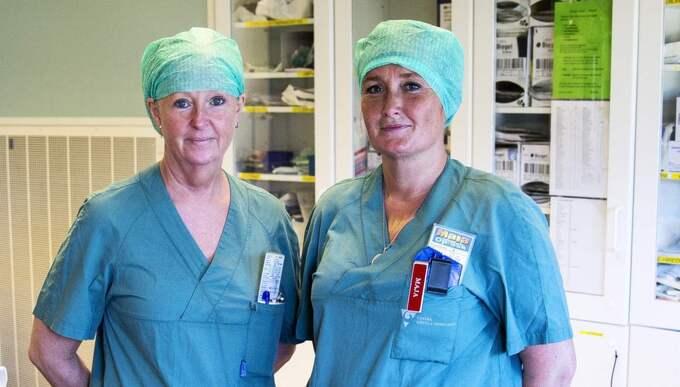 Undersköterskan Agneta Larsson och operationssjuksköterskan Maja Larsson trivs med sina nya arbetstider. De känner sig effektivare på jobbet, men får ändå mer tid för sig själva. Foto: Anders Ylander