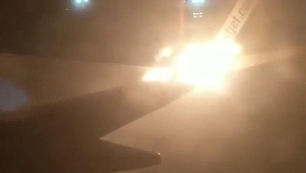 Panik bryter ut när flygplanet plötsligt börjar brinna
