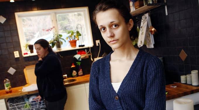 MÅR DÅLIGT AV ATT OROA SIG. Emelie var åtta år när hennes mamma Veronica blev sjukskriven för att hon slitit ut axeln. Sedan dess har Emelie bekymrat sig för mammas värk och familjens ekonomi. Foto: Cornelia Nordström