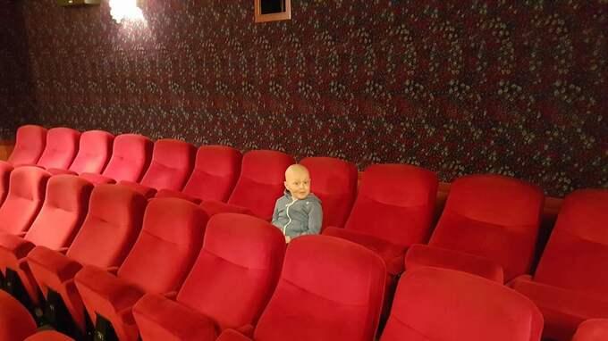 Sexårige Samuel Stedt fick hela biosalongen på Bio Capitol i Varberg för sig själv och kunde se nya Lego-filmen. Foto: Privat