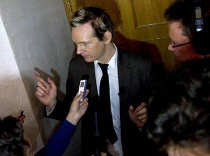 FULL FART. Wikileaks grundare Julian Assange hann med intevjuer, seminarium, lunch, museibesök och kräftskiva under sin lördag i Stockholm. Foto: Bertil Ericson / Scanpix