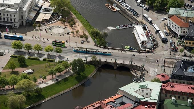 Det var vid Kungsportsavenyns spårvagnshållplats, till höger på bilden, som överfallet skedde. Till vänster Stora Teatern där Daniel Ilkka just avslutat sitt arbetspass. Foto: ROBIN ARON