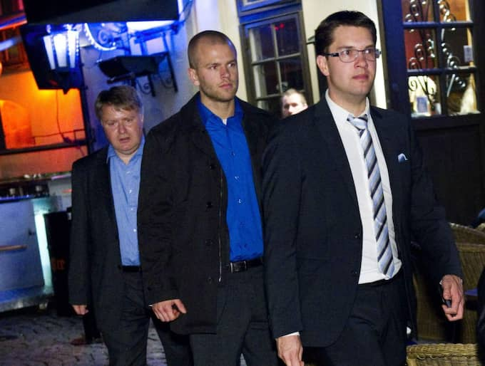 Mikael Valtersson (längst till vänster) nådde SD:s inre krets som chef för partiets riksdagskansli. På bilden ses han lämna en krog tillsammans med Jimmie Åkesson 2010. Foto: Christian Örnberg