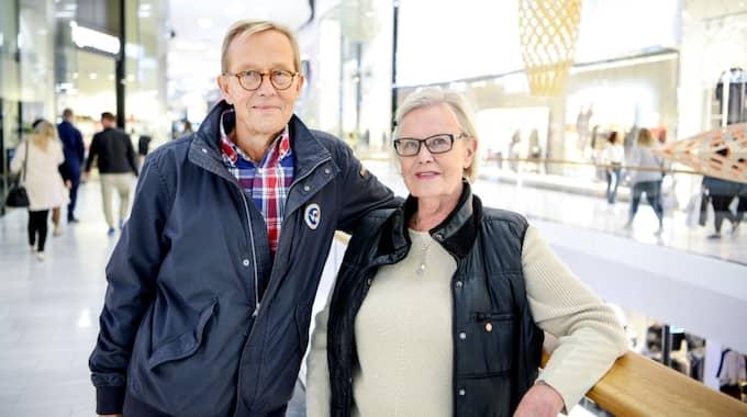 """Oroar du dig för bedrägerier? Lena och Arne Rössel, 71, glada pensionärer, Stockholm: """"Det är klart att vi gör, men vi är uppmärksamma nu. Vi blev utsatta för en kortstöld efter att de tittat på koden vid en bankomat en gång."""" Foto: Alex Ljungdahl"""