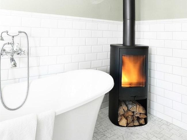 En eld, oavsett den är äkta eller ej, skapar både mys, hemtrevnad och en luxuösare känsla.