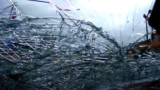 Kedja från lyftkran slungas in och krossar vindruta