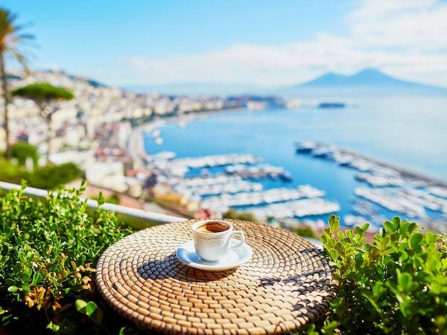 En kopp espresso och utsikt över Neapel.