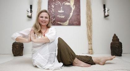 """SMÄRTFRI. Ulrica Gulz, 43, var handikappad av sin smärta och behövde personlig assistent och  färdtjänst. Yogan gjorde henne frisk. """"Jag klarar alla yogaställningar i dag"""", säger     hon."""