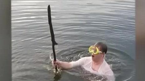 Här hittar Gabriel, 21, spetsiga pinnar under vattnet
