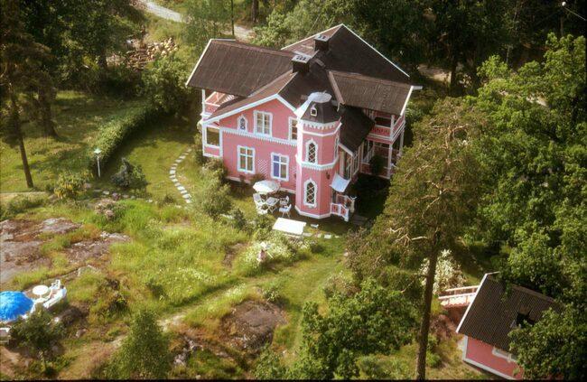 Huset har blivit känt, mycket tack vare sin färg och sitt läge vid vattnet – men också tack vare vem som bor här.