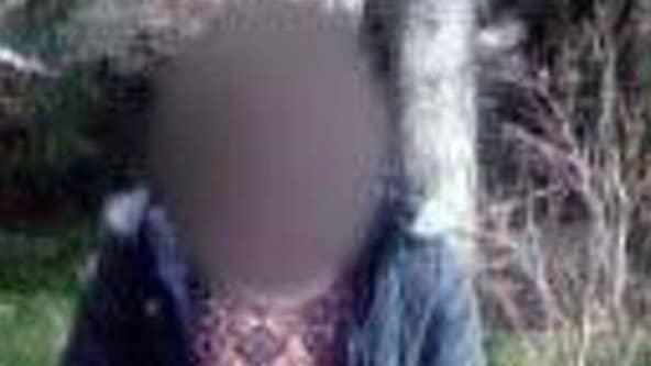 Strax före mordet fotograferade maken sin hustru under skogspromenaden. Bilden hittades efteråt i mannens telefon. Foto: Polisen