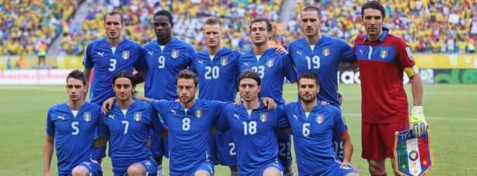 Italienska landslaget hedrar Stefano Borgonovo under semifinalen mot Spanien. Foto: Carl Recine