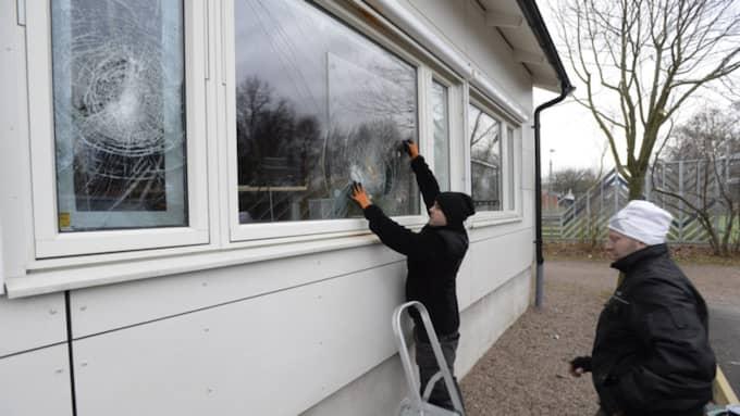Flera byggnader. De unga vandalerna gick runt bland flera byggnader på skolan och krossade rutor. Totalt omkring 40 stycken rutor. Foto: Stefan Lindblom/Hbg-Bild