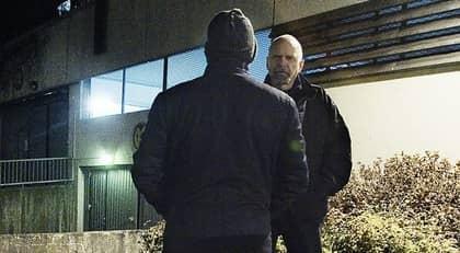 BERÄTTADE I NATT. Expressens Jan Sprangers, i bakgrunden, intervjuar den släppta 39-åringen. Foto: Jan Wiriden