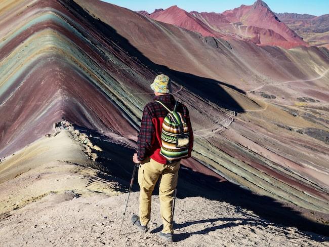 Omkring 1 000 vandrare tar sig upp för bergets slingrande stigarna varje dag.