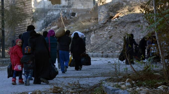 Folk lämnar sina hem i Aleppo. Foto: Sana Handout / Epa / Tt / EPA TT NYHETSBYRÅN