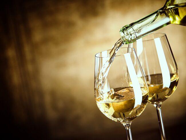 Men om du vill vända dig bort från vinet kan du blicka mot öl. Till en gryta moules marinière sitter exempelvis en veteöl alldeles lysande.