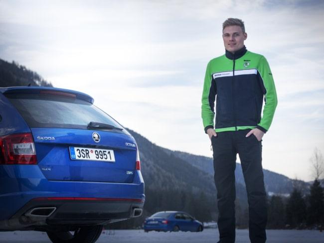 Pontus Tidemand en aning frusen utanför den Skoda Octavia RS 4x4 som vi kört på isbanan.