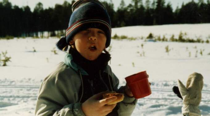 Johan Olsson är sju år gammal och tar en fikapaus i samband med sin första riktiga tävling i Eskilstuna. Foto: Privat