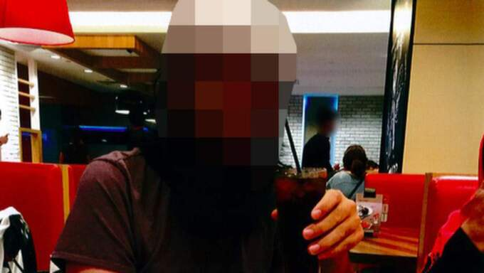 På semesterbilderna tar sig den terroriståtalade 32-åringen sig en pizza och ett glas coca cola på en restaurang i Malaysia. Försäkringskassan följer noga vad som har faramkommit i utredningen, för att kunna bedömma 32-åringens tillstånd.