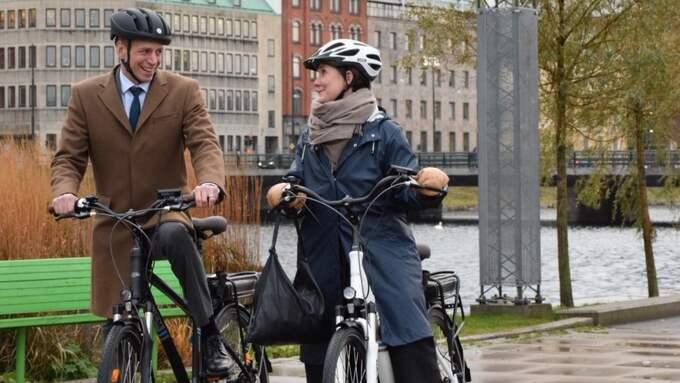 Biträdande finansminister Per Bolund och kommunalråd Märta Stenevi, MP, med ansvar för stadsbyggnad och service i Malmö, testar de nya elcyklarna i Malmö. Foto: Läsarbild