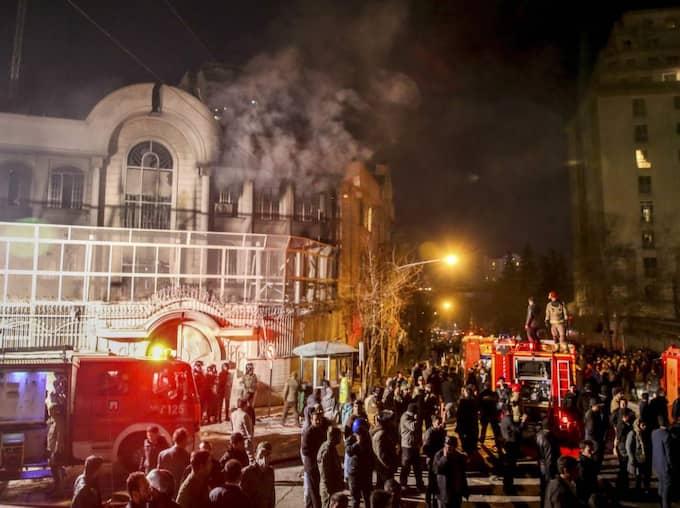 Protester mot Saudiarabiens ambassad i Teheran, Iran, efter att Saudiarabien avrättat 48 personer. Foto: Mohammadreza Nadimi