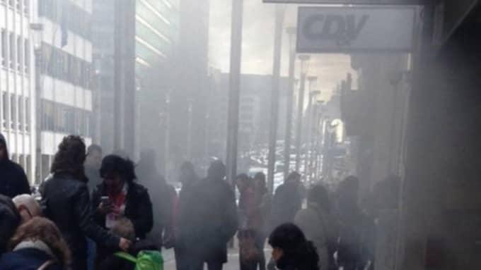 Rök strömmade ut från tunnelbanestationen vid Maalbeek efter explosionen. Foto: All over press