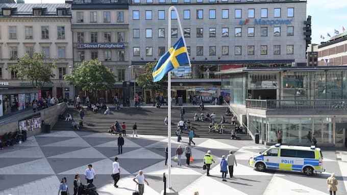 """Kulturhuset Stadsteatern ställer ut konstnären Mattias Norströms omtalade konstverk """"Du gamla, du fria"""" på Sergels torg. Foto: HENRIK MONTGOMERY/TT / TT NYHETSBYRÅN"""