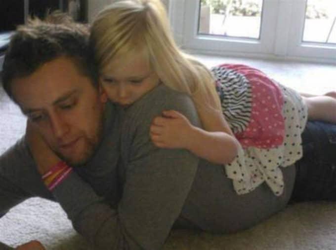 Tom med dottern Kelli. Båda har drabbats av cancer. Hon har fortfarande en chans att klara sig. Inte han.