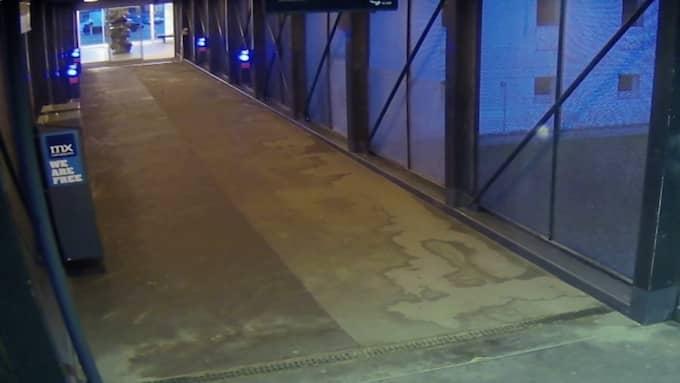 Under några flyktiga sekunder syns en vit Hyundai i30 på övervakningsfilmen. Bilen har länge varit högintressant i polisens utredning. Foto: Polisen