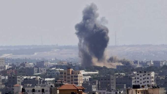 Attack. Rök stiger efter att en missil träffat ett område i Gaza city. Foto: AP