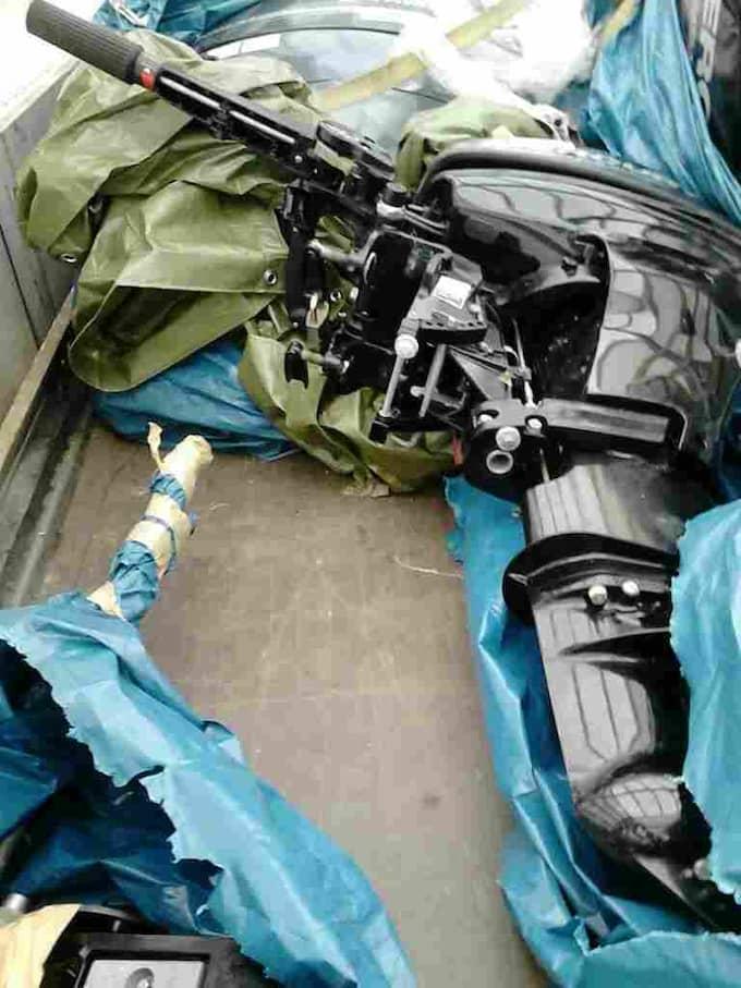Den 12 april såg vittnen hur en man lastade båtmotorer vid Torp köpcentrum i Uddevalla. Polisen tog tre båtmotorer i beslag och mannen är nu häktad. Foto: Polisen båtsamverkan väst