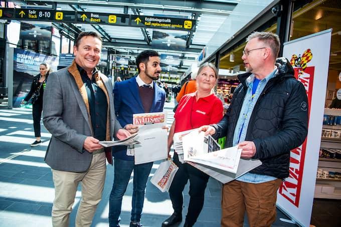 Kvällspostens redaktionschef Christer El-Mochantaf delar ut Kvällsposten tillsammans med Carina Klangsap. Här Björn Andersson, Malmö, och Håkan Andersson, Göteborg. Foto: CHRISTIAN ÖRNBERG