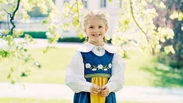 Prinsessan Estelle klär sig i den klassiska dräkten – som hennes mamma brukar göra. Foto: / Photo: Erika Gerdemark Kungahuset.se / The Royal